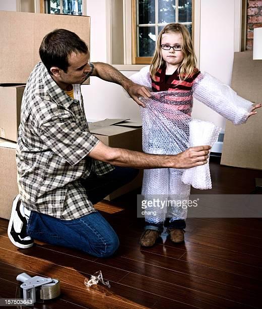 emballage les enfants - demenagement humour photos et images de collection