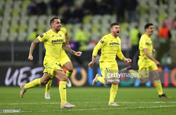 Paco Alcacer, Alberto Moreno and teammates of Villarreal celebrate following their team's victory in the penalty shoot out during the UEFA Europa...