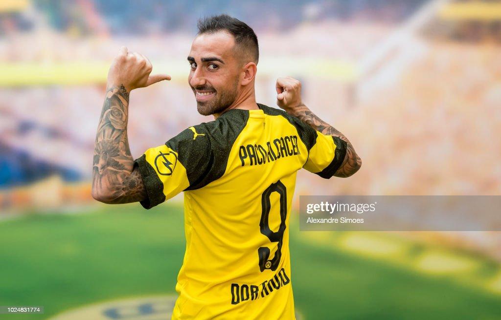 Borussia Dortmund Unveils New Signing Paco Alcacer : Fotografía de noticias