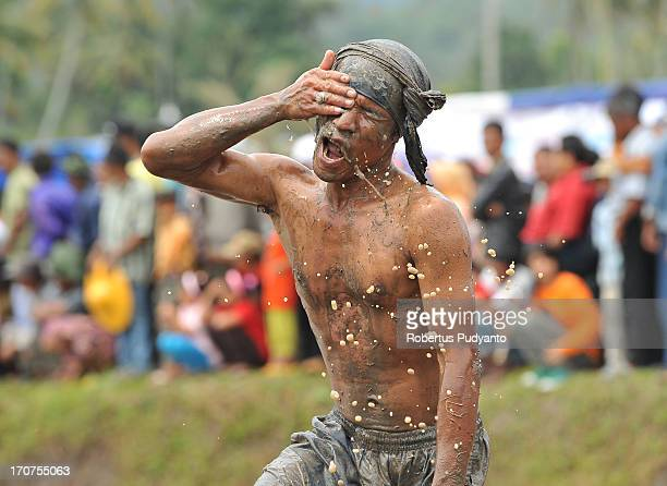 Pacu Jawi in Tanah Datar, Western Sumatra, Indonesia on January 12, 2013 : Jawi jockey cleaning mud into the eye after racing. The annual Cow Race...