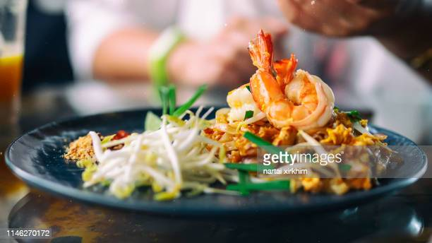 pad thai - thai food stock pictures, royalty-free photos & images
