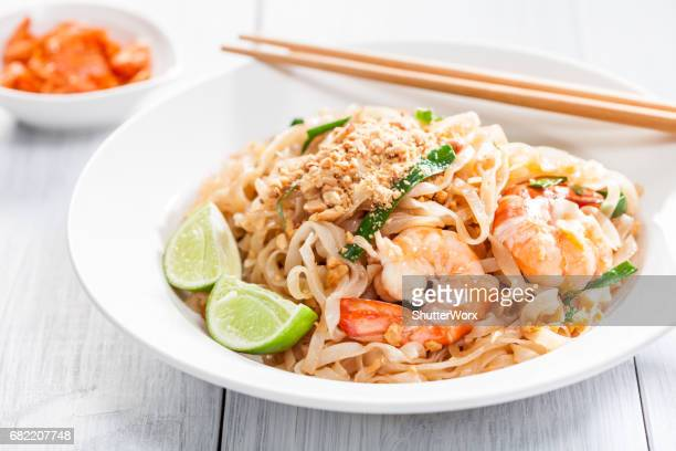 pad thai stir fried asian noodles with shrimp, egg, tofu and bean sprouts - thai food stock pictures, royalty-free photos & images