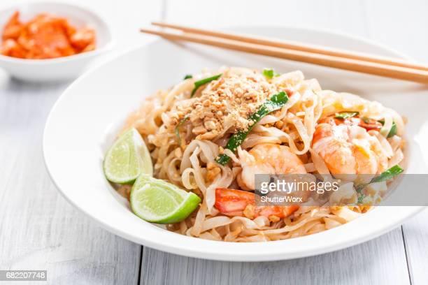 Pad Thai rühren gebratene asiatische Nudeln mit Garnelen, Ei, Tofu und Sojasprossen