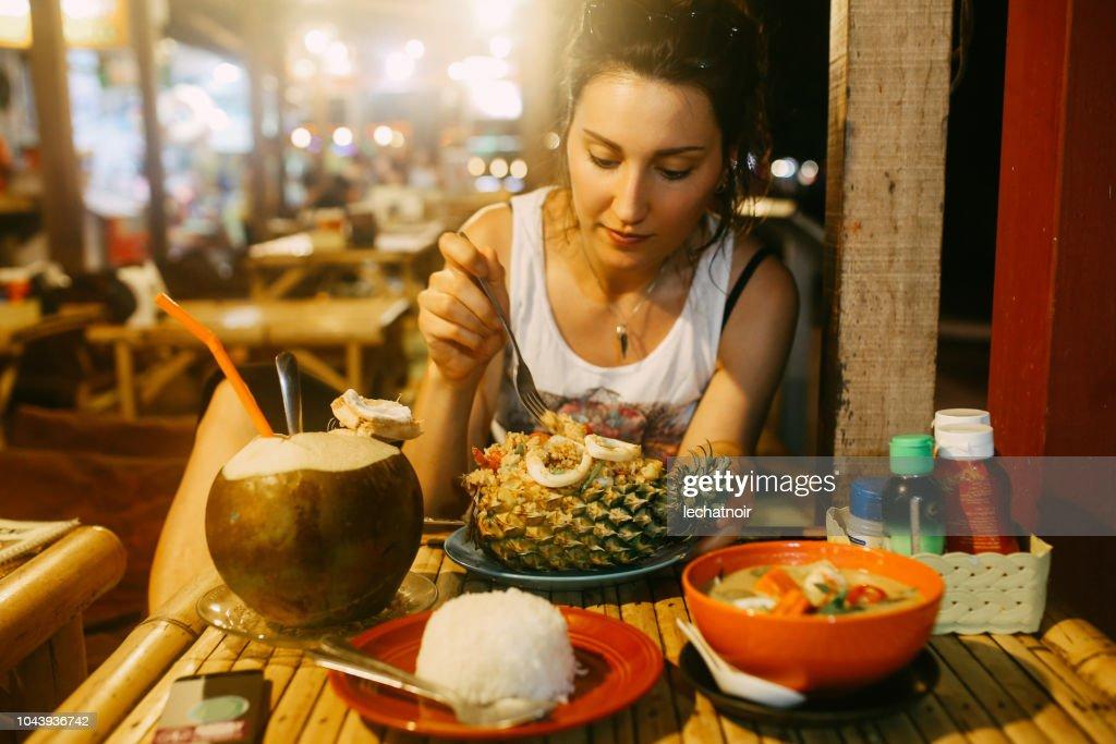 Pad Thai con camarones servido en una piña y un jugo de agua de coco : Foto de stock