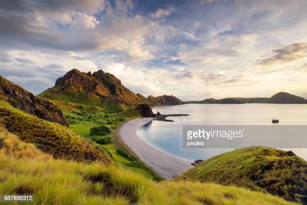 padar island, komodo national park, indonesia - flores indonesia fotografías e imágenes de stock