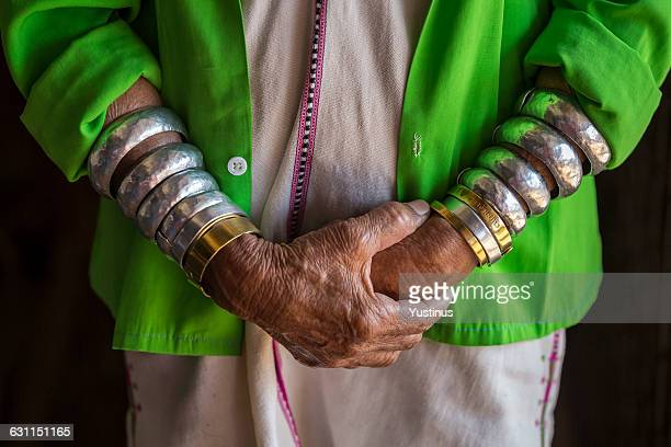 padaung tribe's woman wearing bracelets - pulsera fotografías e imágenes de stock