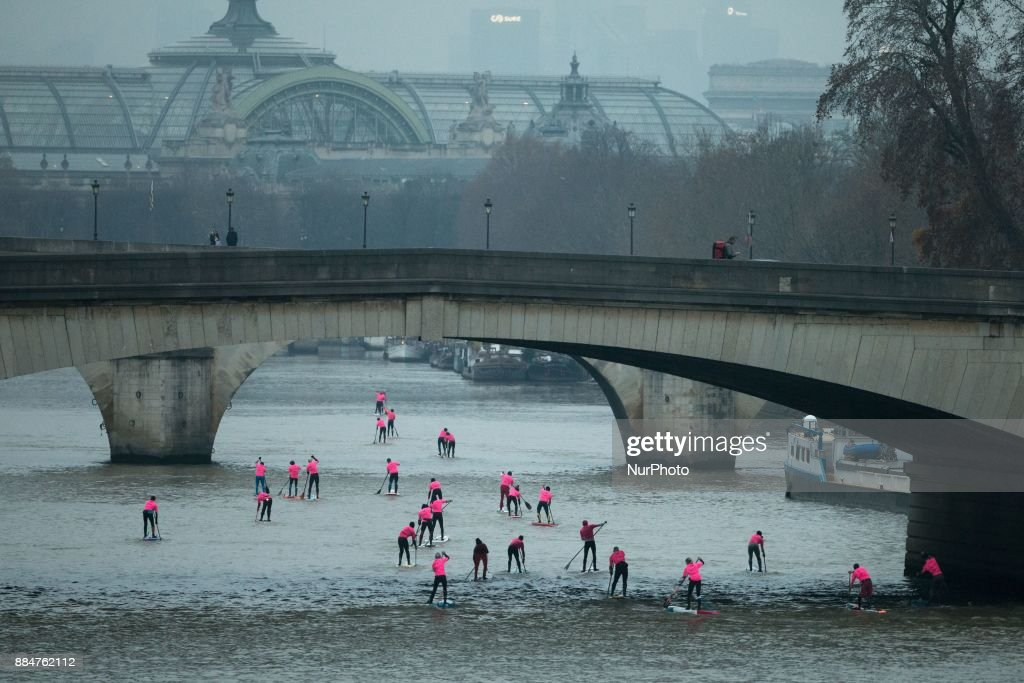 The Nautic SUP Paris Crossing stand up paddle competition on the river Seine : Photo d'actualité