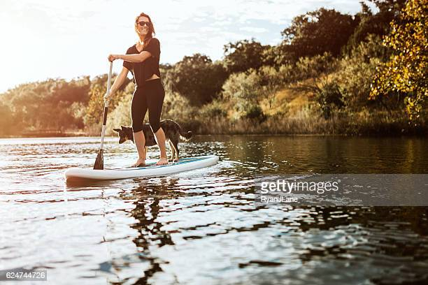 paddleboarding woman with dog - lago - fotografias e filmes do acervo