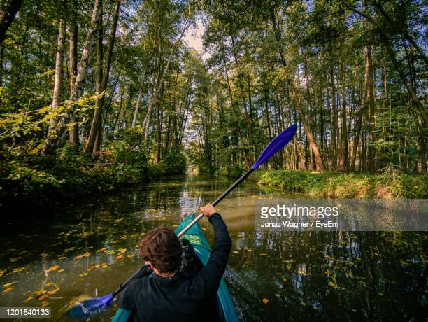 paddleing in the german spreewald. - land brandebourg photos et images de collection