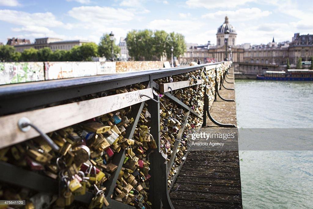 Removal of padlocks on Pont des Arts : News Photo