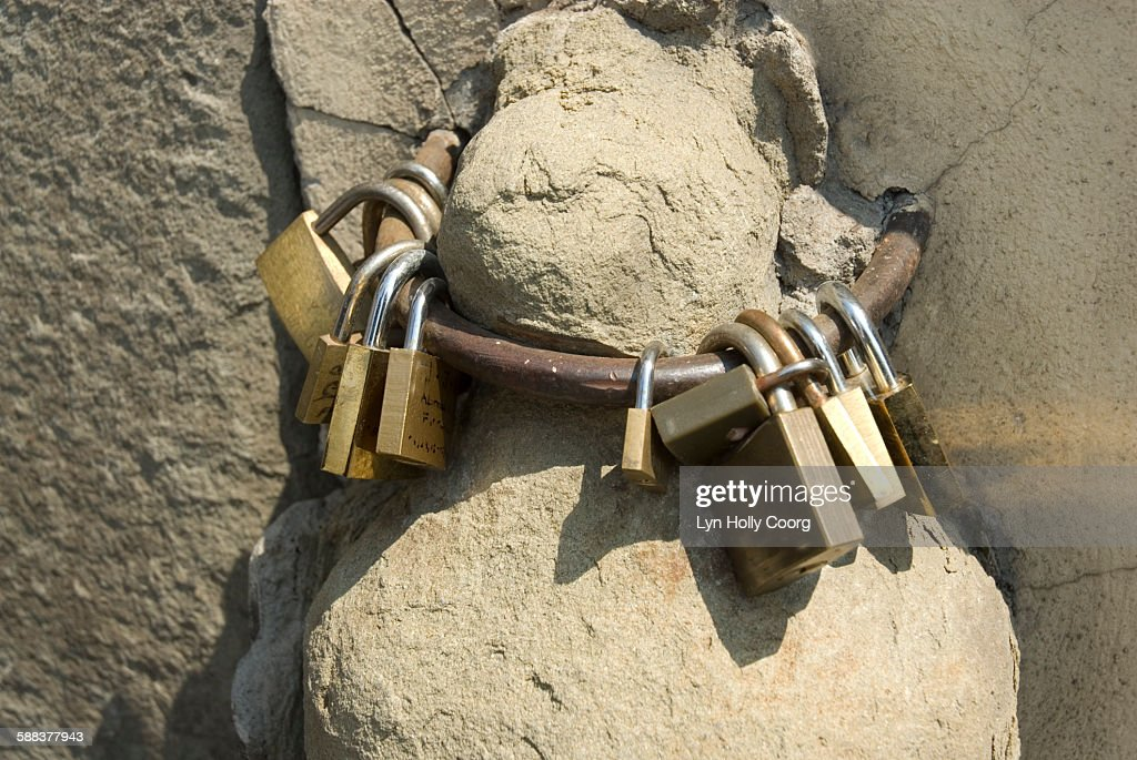 Padlocks on metal ring on Ponte vecchio : ストックフォト