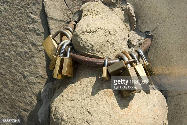 padlocks on metal ring on ponte vecchio - lyn holly coorg stock photos and pictures