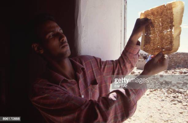 Page de livre en arabe ancien conserve a la bibliotheque de Ouadane en novembre 2000 Mauritanie