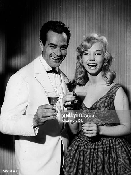 Page Ilse Actress Germany * toasting with film partner Adrian Hoven while filming 'Arzt aus Leidenschaft' 1959 Vintage property of ullstein bild