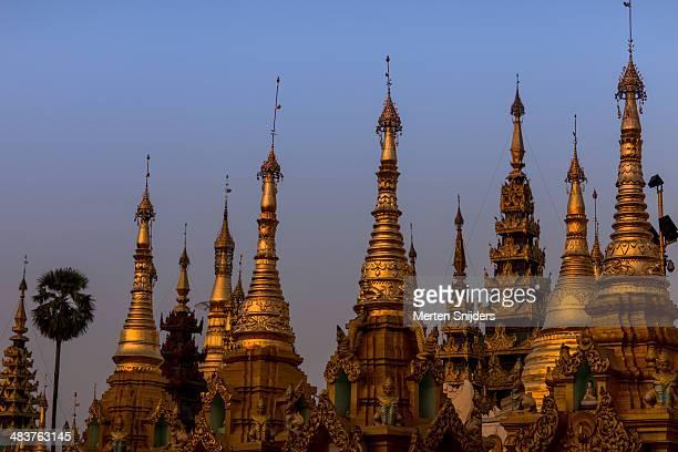 pagoda spires catching sunset light - merten snijders - fotografias e filmes do acervo