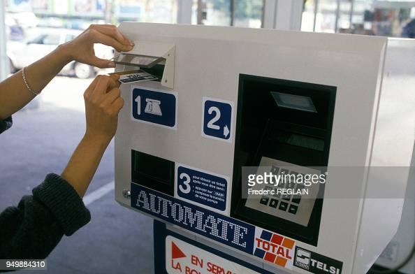 carte des stations services Paiement sue un automate par carte de crédit dans une station