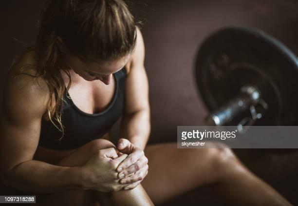 smärta i knä på sport utbildning! - fysisk skada bildbanksfoton och bilder