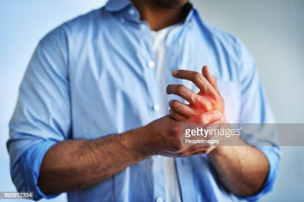 pain in the hands can be symptoms of carpal tunnel syndrome - pain foto e immagini stock
