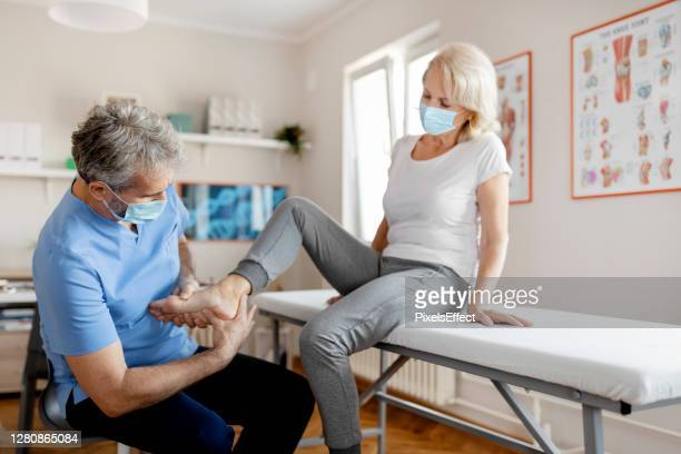 pain relief from a pro - orthopedics stock pictures, royalty-free photos & images
