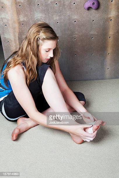 schmerzen und verrenkungen - teenage girls feet stock-fotos und bilder