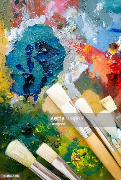 Pintura y paleta pinceles de fondo