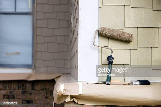 Paint Roller und Pinsel und Kitt Messer sich in der Nähe des neuen Verkleidung