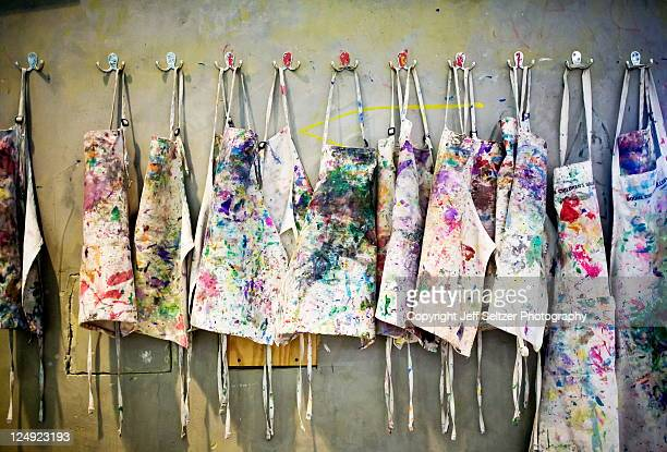 paint smocks - atelier stock-fotos und bilder
