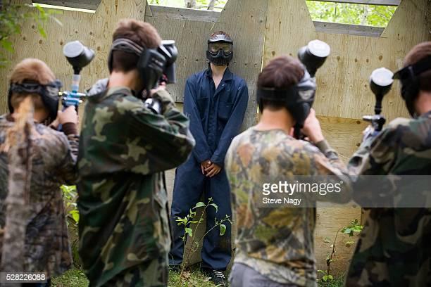 paintball firing squad - vuurpeloton stockfoto's en -beelden
