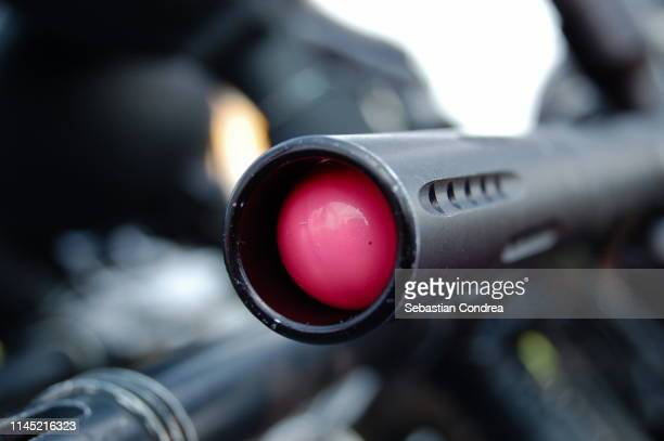 paintball gun with pink ball splash. - paintball foto e immagini stock
