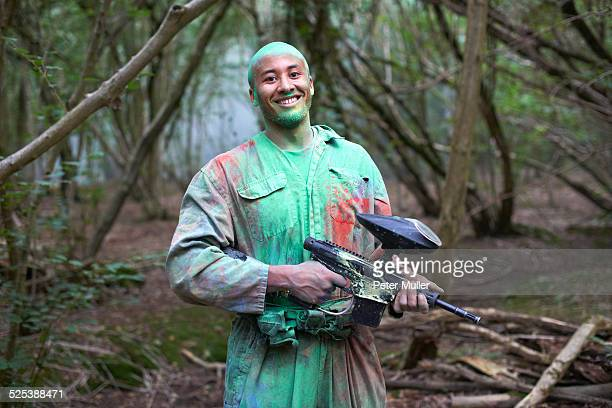 paintball player in paintball wear marked with paint - paintball foto e immagini stock