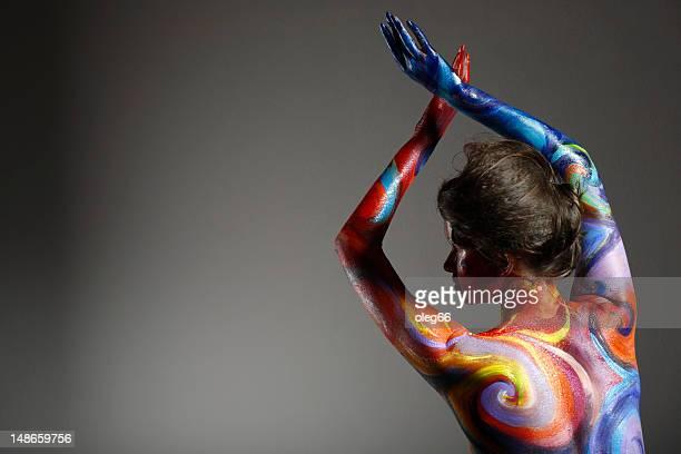 mujer joven brillante pintado - body paint fotografías e imágenes de stock