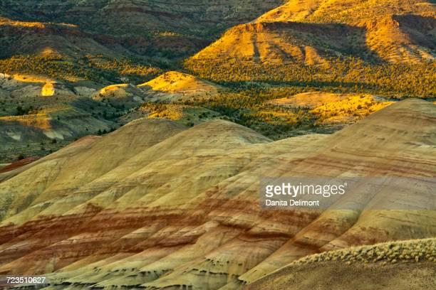 painted hills, john day fossil beds national monument, mitchell, oregon, usa - hügelkette stock-fotos und bilder