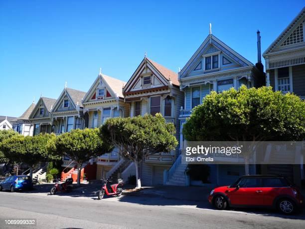 señoras pintadas en alamo square en san francisco california usa - san francisco california fotografías e imágenes de stock