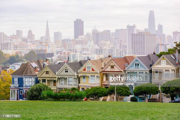 painted ladies victorian houses and san francisco skyline, california, usa - san francisco california stock pictures, royalty-free photos & images