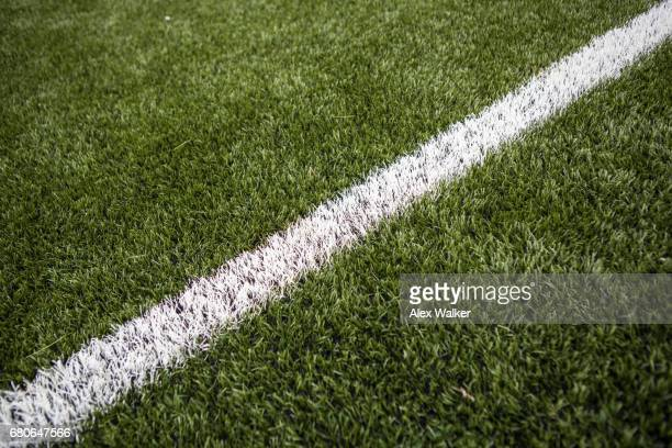 painted line on astroturf soccer pitch - pelouse photos et images de collection