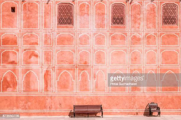 painted pink wall of jaipur city palace, rajasthan, india - rajastão imagens e fotografias de stock