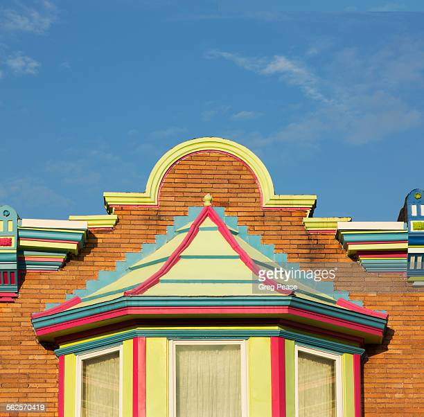 painted row house pediment and bay window - maryland état photos et images de collection