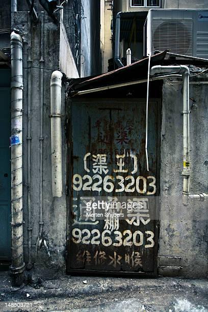 painted sign on gate. - merten snijders stockfoto's en -beelden