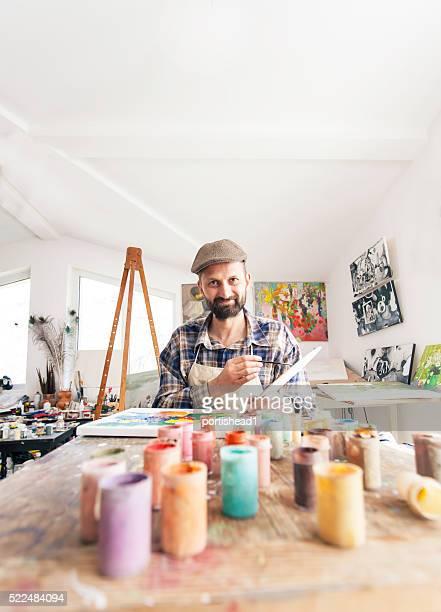 Peintre dans son atelier de la création de nouvelles œuvres d'art