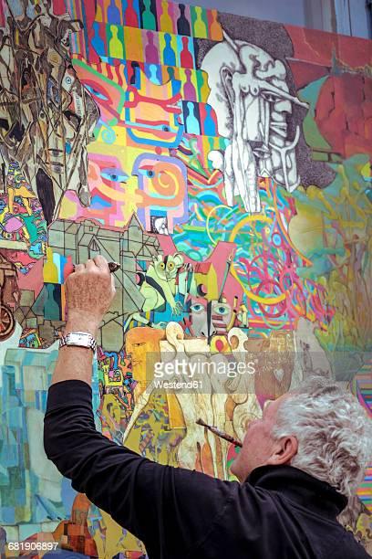 painter at work - linkshandig stockfoto's en -beelden