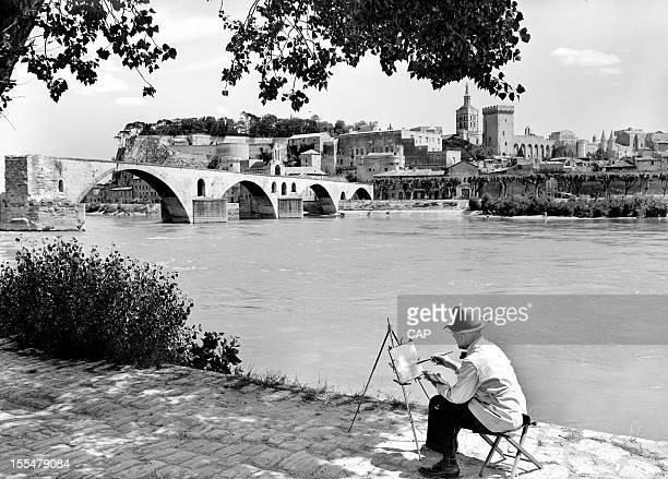 Painter in front of the SaintBenezet bridge Avignon