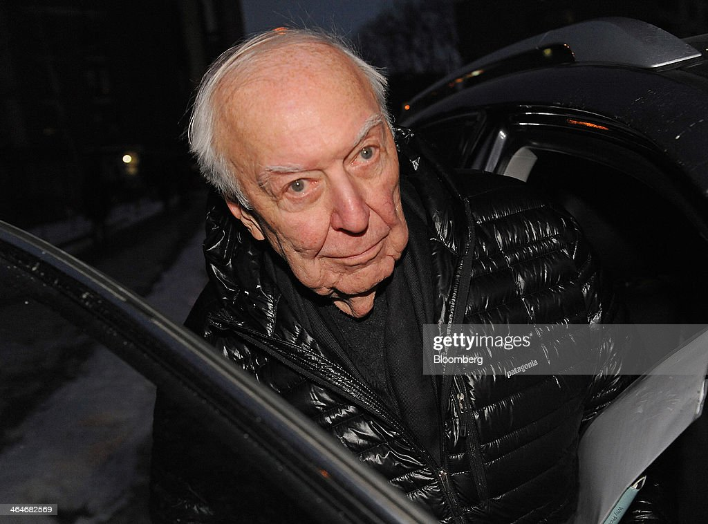 Painter Jasper Johns exits federal court in New York, U.S., on Thursday, Jan. 23, 2014. Johns testified against foundry owner Brian Ramnarine charged with trying to sell a fake bronze sculpture of his 1960 painting 'Flag' for $11 million. Photographer: Louis Lanzano/Bloomberg via Getty Images