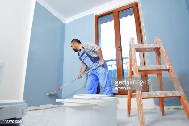 pittore al lavoro - dipingere foto e immagini stock