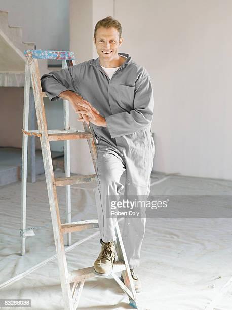 Peintre posant avec échelle en chambre non cousus