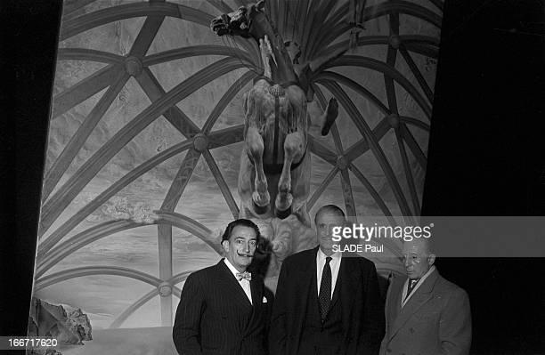 Painter Salvador Dali In New York En juillet 1958 à New York le peintre Salvadore DALI le colonel Serge OBOLENSKY prince russe et viceprésident du...