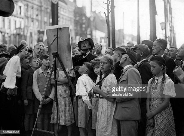 Painter with easel and spactators1936 Olympics Photographer Curt Ullmann Published by 'Hier Berlin' 24/1936Vintage property of ullstein bild