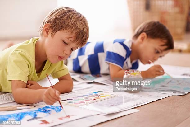 Peintre au travail dans l'espace jeux des enfants
