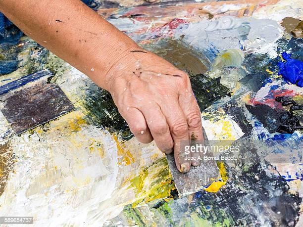 painter's palette to the oil working with spatula - straßenmaler stock-fotos und bilder