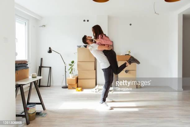 appartement de peinture - jeune couple photos et images de collection