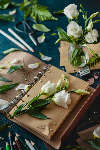 Painting flowers: pins and pencils - gettyimageskorea